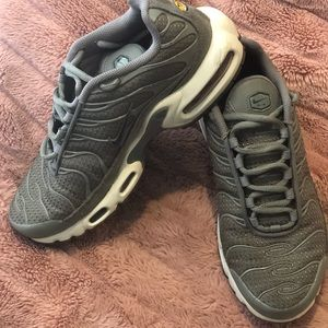 Nike TN Olive green wmns size 8.5 - barely worn!